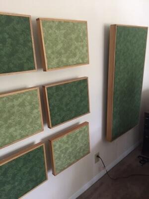 אפשר לתלות פאנלים צבעוניים המשתלבים בצבע הקיר או דווקא בולטים בצבעם
