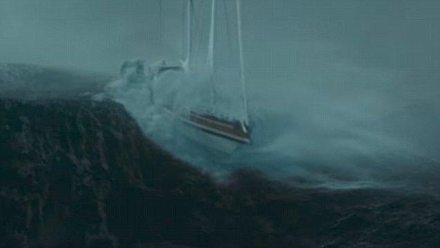 סירה קטנה שורדת בגלים