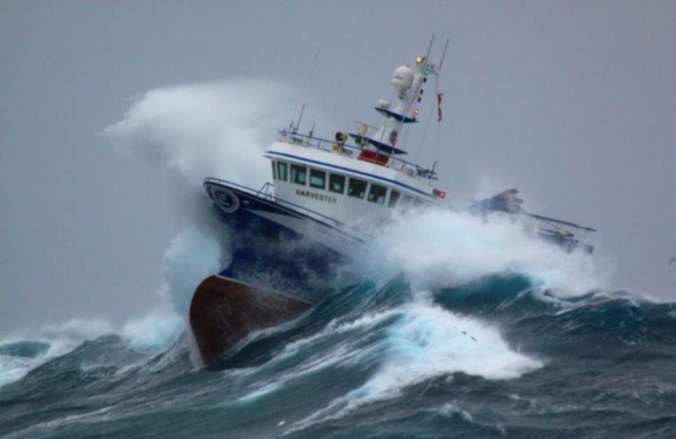 ספינה בים סוער