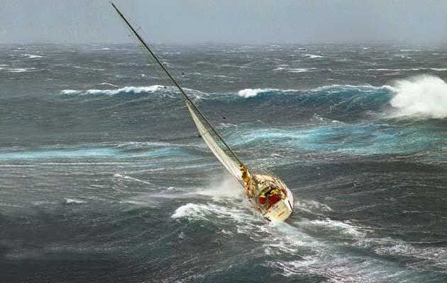 ספינה מתהפכת בים סוער